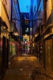 黑暗的胡同在唐人街在伦敦,英国,在晚上 图库摄影