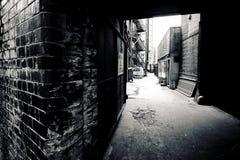 黑暗的胡同市内贫民区 免版税库存照片