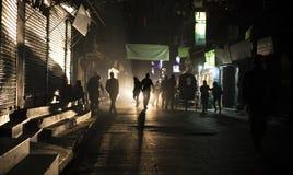 黑暗的街道在有剪影的加德满都 库存照片