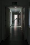 黑暗的走廊光在结尾聚焦沈默神奇办公室Da 免版税库存照片