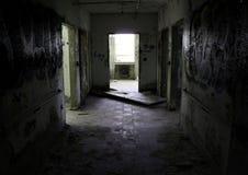 黑暗的走廊在一家被放弃的医院 免版税库存图片