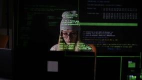 黑暗的输入数据的,计算机编码年轻女性,打破保安系统 股票视频