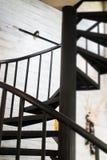黑暗的铁金属螺旋形楼梯 库存图片