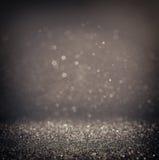 黑暗的闪烁葡萄酒点燃背景 轻的银和黑色 defocused 库存图片
