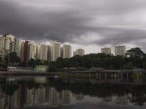 黑暗的风雨如磐的云彩风景 免版税库存照片