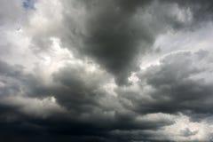 黑暗的风雨如磐的云彩 免版税库存图片