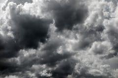 黑暗的风雨如磐的云彩 免版税库存照片