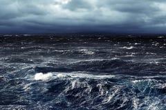 黑暗的风雨如磐的海 免版税库存图片