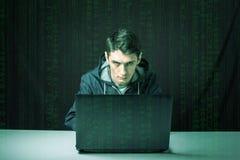 黑暗的黑客打破通入窃取信息 免版税库存图片