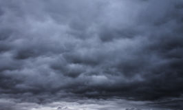 黑暗的阴沉的风雨如磐的天空和云彩 免版税库存图片