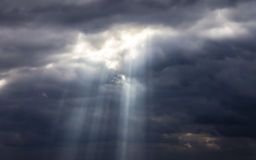 黑暗的阴沉的风雨如磐的天空和云彩 库存照片