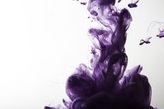 黑暗的紫罗兰色和红色墨水在水摘要背景中 免版税库存照片