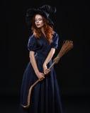 黑暗的年轻美丽的红发巫婆 库存照片