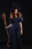 黑暗的年轻美丽的红发巫婆 免版税库存图片