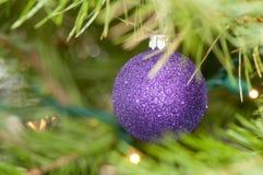 黑暗的紫色圣诞节装饰品 库存图片