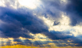 黑暗的暴风云和光束,日落黎明 免版税库存照片