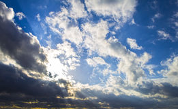 黑暗的暴风云和光束,日落黎明 免版税库存图片