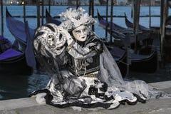 黑暗的carneval面具在威尼斯-威尼斯式服装 免版税库存图片