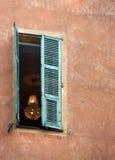 暗藏的宝石/豪华枝形吊灯在窗口里 图库摄影