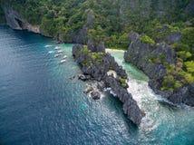 暗藏的海滩在El的Nido,巴拉望岛,菲律宾Matinloc海岛 游览C路线和观光的地方 免版税图库摄影