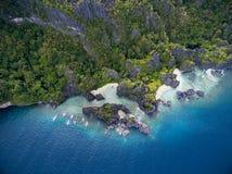 暗藏的海滩在El的Nido,巴拉望岛,菲律宾Matinloc海岛 游览C路线和观光的地方 免版税库存照片