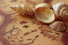 暗藏的珍宝地图和壳 免版税库存照片