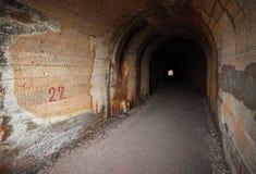 黑暗被放弃的隧道内部 库存图片
