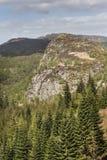 暗褐色Dearduil和森林Inverfarigaig的在苏格兰 库存照片