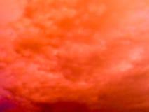 暮色云彩和天空的意想不到的抽象红颜色 库存图片