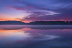 暮色和有薄雾的湖 免版税库存图片