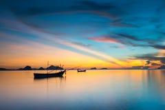 暮色天空和剪影渔船 库存照片
