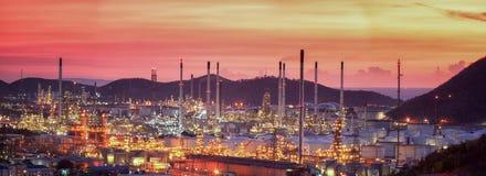 暮色天空的炼油厂 免版税库存图片