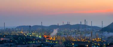 暮色天空的炼油厂 免版税库存照片
