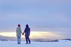 暮色夫妇递冬天 免版税图库摄影