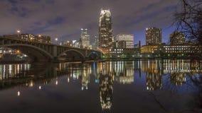 暮色广角米尼亚波尼斯地平线在沿第3座Ave桥梁4K UHD Timelapse的密西西比河反射 股票录像