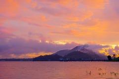 暮色日落和山 库存照片