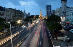 暮色时间和光速在位于街市仰光的心脏的苏拉树塔金黄八角形物的 库存照片