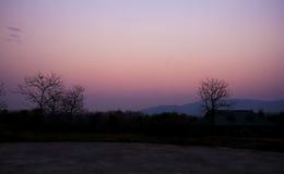 暮色有雾的日落天空背景 免版税库存图片