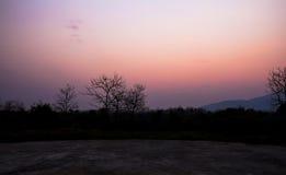暮色有雾的日落天空背景 免版税库存照片