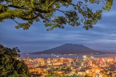 暮色樱岛火山火山和鹿儿岛市视图从Shiroya 免版税库存照片