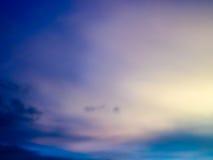 暮色白色云彩和天空的意想不到的抽象蓝色颜色 库存照片