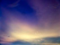 暮色白色云彩和天空的意想不到的抽象蓝色颜色 库存图片