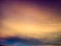 暮色白色云彩和天空的意想不到的抽象蓝色颜色 图库摄影
