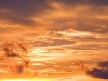 暮色美好的在日落背景以后的晚上多云天空 图库摄影