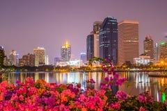 暮色Benjakiti公园在曼谷,泰国 免版税库存照片