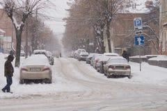 暴雪用雪雪盖城市的街道 免版税图库摄影