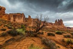 暴风云和雨在拱门国家公园 库存图片