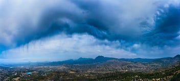 暴风云宽全景在西班牙山的 免版税库存照片