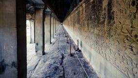 暹粒,柬埔寨, 2015年12月06日:有专栏的一个走廊在吴哥窟里面 吴哥窟是一个著名游人att 库存照片