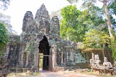 暹粒,柬埔寨-公寸10 2016年:胜利门在吴哥城 库存图片